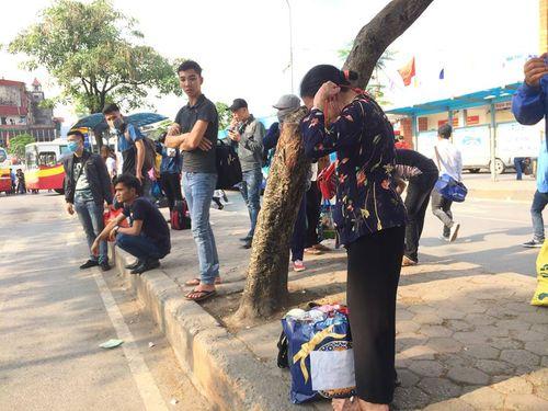 """Hậu nghỉ lễ: Cửa ngõ Sài Gòn kẹt cứng, người dân """"tay xách nách mang"""" về thủ đô - Ảnh 8"""