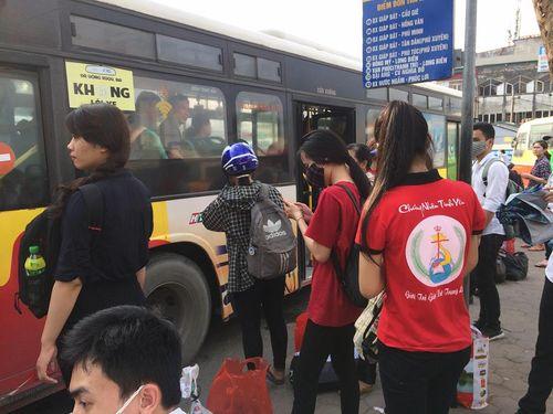 """Hậu nghỉ lễ: Cửa ngõ Sài Gòn kẹt cứng, người dân """"tay xách nách mang"""" về thủ đô - Ảnh 9"""