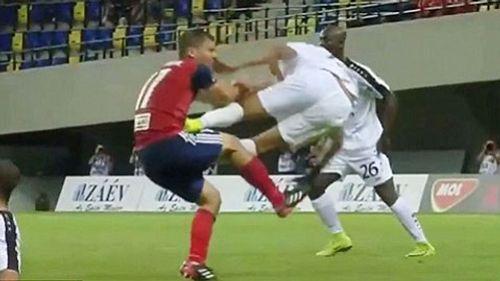 Cầu thủ Pháp song phi vào giữa bụng đối thủ tại vòng loại Champions League 2018 - Ảnh 1