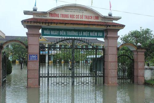 60.000 học sinh Hà Tĩnh không thể đến trường vì mưa lũ cô lập - Ảnh 1