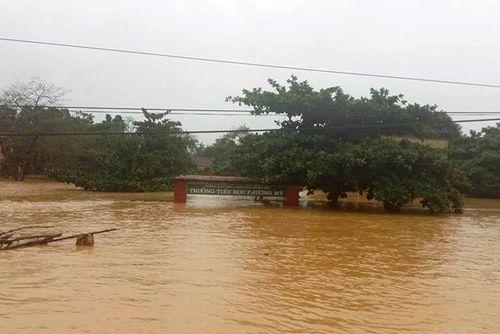 Hơn 100.000 học sinh Hà Tĩnh, Quảng Bình vẫn chưa thể đến trường - Ảnh 1