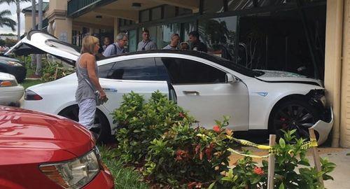 Phát hoảng vì Tesla Model S tăng tốc đột ngột đâm nát phòng gym - Ảnh 1
