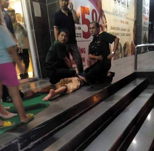 Hà Nội: Đi siêu thị, cháu bé bị gã đàn ông ngáo đá dí dao vào cổ - Ảnh 2