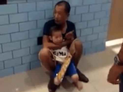 Hà Nội: Đi siêu thị, cháu bé bị gã đàn ông ngáo đá dí dao vào cổ - Ảnh 1