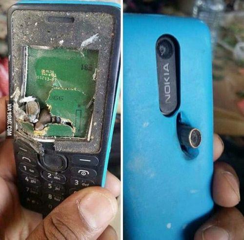 """""""Cục gạch"""" Nokia trở thành áo chống đạn cứu mạng chủ nhân - Ảnh 1"""