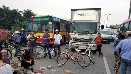 Vụ dân chặn xe: Đã kiến nghị xây cầu vượt nhưng chưa được chấp thuận - Ảnh 1