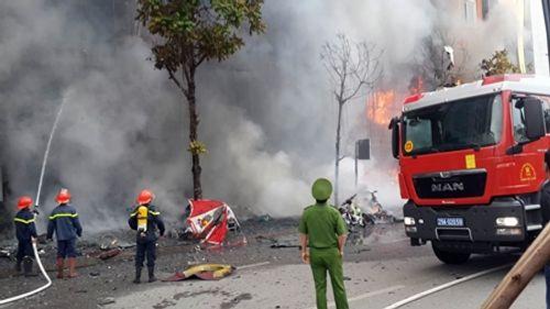 Chùm ảnh: 9 giờ lăn xả của lính cứu hỏa trong vụ cháy ở 68 Trần Thái Tông - Ảnh 3