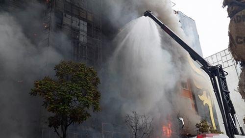 Chùm ảnh: 9 giờ lăn xả của lính cứu hỏa trong vụ cháy ở 68 Trần Thái Tông - Ảnh 5