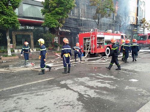 Chùm ảnh: 9 giờ lăn xả của lính cứu hỏa trong vụ cháy ở 68 Trần Thái Tông - Ảnh 4