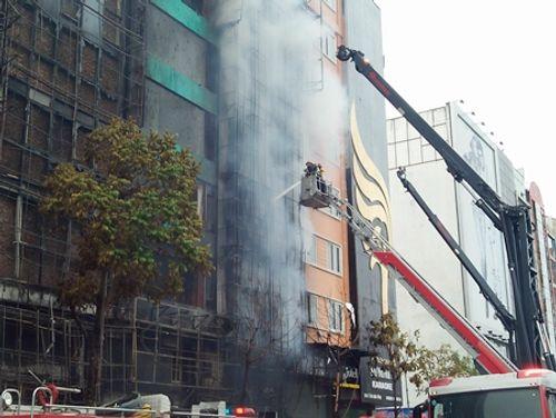 Chùm ảnh: 9 giờ lăn xả của lính cứu hỏa trong vụ cháy ở 68 Trần Thái Tông - Ảnh 8