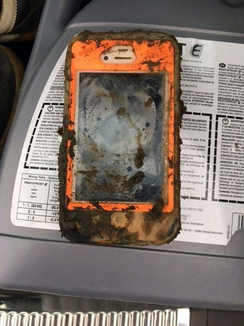 """iPhone 4 chìm 1 năm dưới đáy hồ vẫn """"chạy ngon lành"""" - Ảnh 1"""