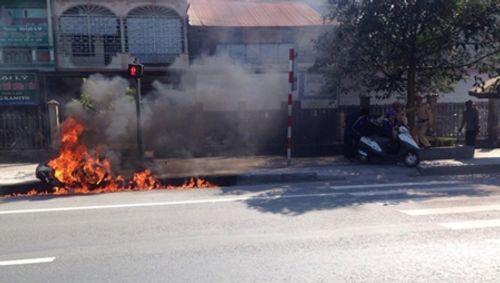 Thanh niên châm lửa đốt xe vì bị xử phạt vi phạm giao thông - Ảnh 1