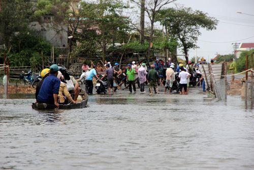 Gần 1.500 học sinh Quảng Nam chưa được đến trường do mưa lũ - Ảnh 1