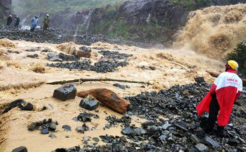 Tuyến đường Nha Trang - Đà Lạt bị tê liệt do sạt lở đất đá - Ảnh 1
