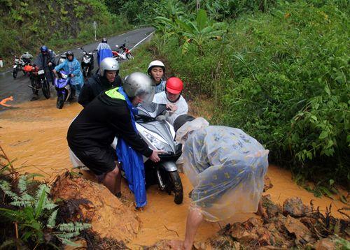 Tuyến đường Nha Trang - Đà Lạt bị tê liệt do sạt lở đất đá - Ảnh 2