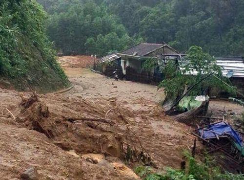Quảng Ngãi: Hàng nghìn m3 đất đá vùi lấp nhà dân - Ảnh 1