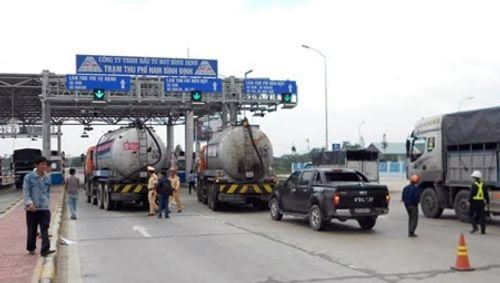 Bình Định: Giăng xe bồn trước trạm thu phí BOT để đòi nợ - Ảnh 1