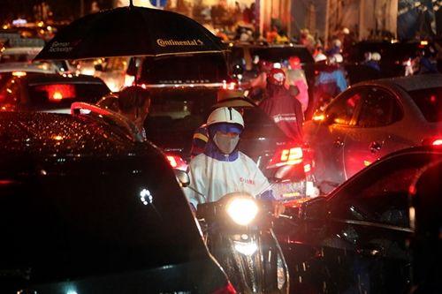 TP. Hồ Chí Minh đối mặt với đợt mưa lớn kết hợp triều cường - Ảnh 1
