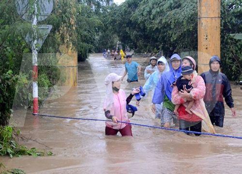 Bộ trưởng Bộ GD-ĐT tặng bằng khen cho các cô giáo dũng cảm cứu 15 học trò - Ảnh 1