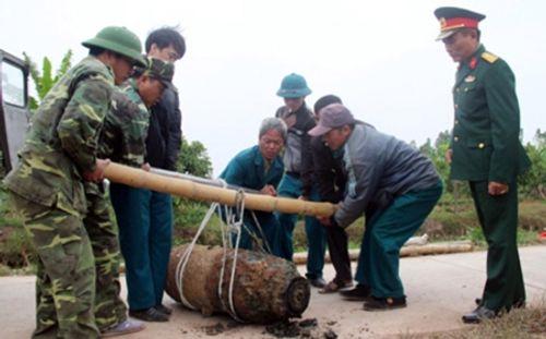 Trục vớt thành công quả bom nặng 450kg ở Hưng Yên - Ảnh 2