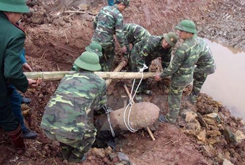 Trục vớt thành công quả bom nặng 450kg ở Hưng Yên - Ảnh 1