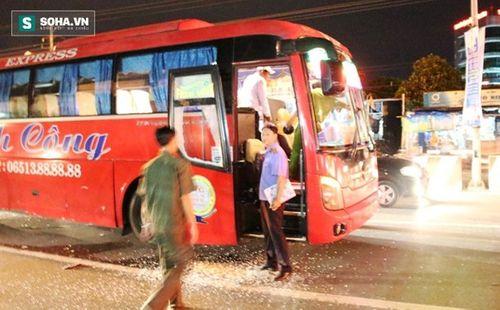 Xe khách bị chặn đầu đập phá, hành khách hoảng loạn kêu cứu - Ảnh 1