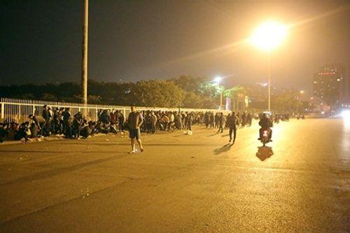 Người hâm mộ trắng đêm săn vé trận bán kết AFF Cup ở Mỹ Đình - Ảnh 1
