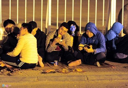 Người hâm mộ trắng đêm săn vé trận bán kết AFF Cup ở Mỹ Đình - Ảnh 6
