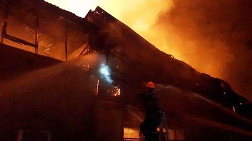 Hà Nội: Hỏa hoạn thiêu rụi xưởng sơn 1000 m2 ở cụm công nghiệp La Phù - Ảnh 2