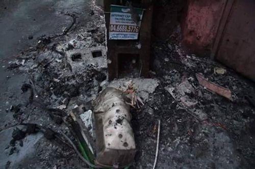Hà Nội: Cột điện bốc cháy dữ dội giữa cơn mưa nặng hạt - Ảnh 1