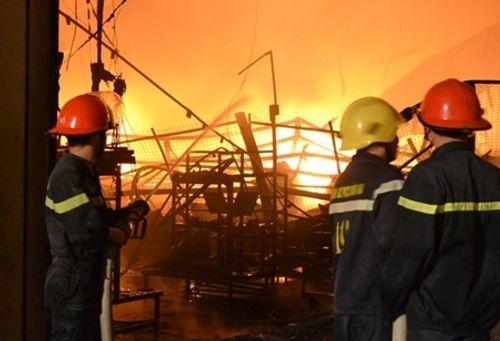 Hàng nghìn m2 nhà kho Công ty Suzuki ở Đồng Nai cháy rụi trong đêm - Ảnh 1