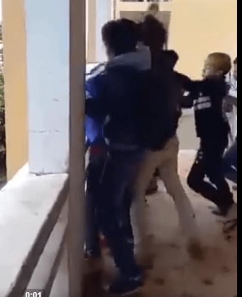 Đuổi học 1 tuần 4 nam sinh nhốt và đánh bạn dã man ngay trong trường - Ảnh 1