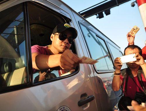 Tài xế lại dùng tiền lẻ mua vé qua trạm BOT Biên Hòa - Ảnh 1