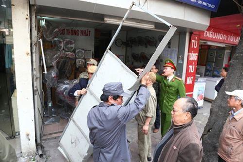 Hà Nội: Cán bộ phường mang búa tạ để dọn vỉa hè Hà Nội - Ảnh 3