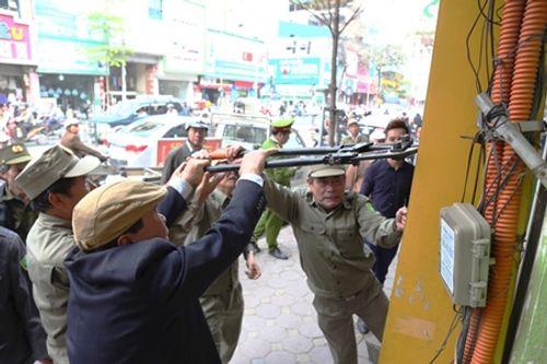 Hà Nội: Cán bộ phường mang búa tạ để dọn vỉa hè Hà Nội - Ảnh 1