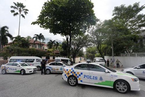 """Cảnh sát Malaysia căng dây vàng, """"đừng chờ"""" bên ngoài đại sứ quán Triều Tiên  - Ảnh 2"""