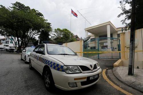 """Cảnh sát Malaysia căng dây vàng, """"đừng chờ"""" bên ngoài đại sứ quán Triều Tiên  - Ảnh 1"""