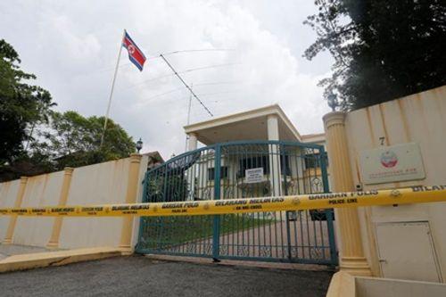 """Cảnh sát Malaysia căng dây vàng, """"đừng chờ"""" bên ngoài đại sứ quán Triều Tiên  - Ảnh 3"""