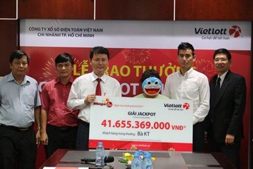 Người phụ nữ đeo mặt nạ Doraemon nhận giải độc đắc Vietlott 41 tỷ đồng - Ảnh 2