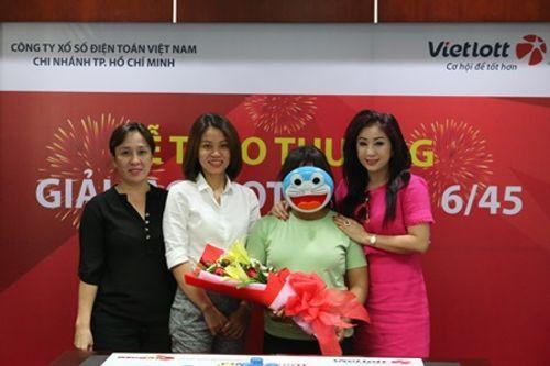 Người phụ nữ đeo mặt nạ Doraemon nhận giải độc đắc Vietlott 41 tỷ đồng - Ảnh 1