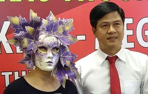 Người phụ nữ đeo mặt nạ lá cây nhận giải độc đắc Vietlott 41 tỷ đồng - Ảnh 1