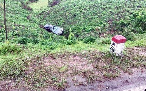 Xe ô tô lao xuống vực ở Quảng Ninh, 5 người may mắn thoát nạn - Ảnh 1