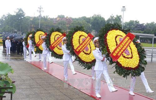 Lãnh đạo Đảng, Nhà nước vào Lăng viếng Chủ tịch Hồ Chí Minh - Ảnh 2