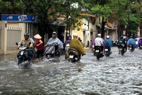 """Dự báo thời tiết 17/6: Cuối tuần Bắc Bộ """"chìm"""" trong mưa lớn, Hà Nội đề phòng ngập úng - Ảnh 1"""