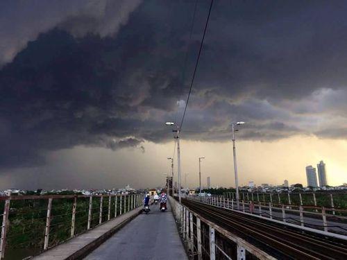 Đêm nay, Hà Nội mưa to, dông lốc - Ảnh 1