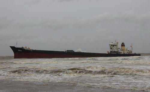 Vụ chìm tàu chở than ở Nghệ An: Tìm thấy 5 thuyền viên, 8 người vẫn mất tích - Ảnh 1