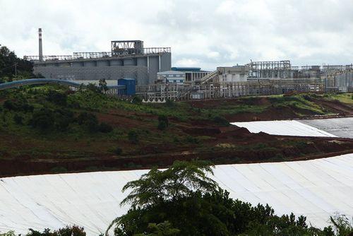 Bột trắng từ nhà máy alumin Nhân Cơ phát tán ra ngoài, bám đầy cây trồng của dân - Ảnh 1
