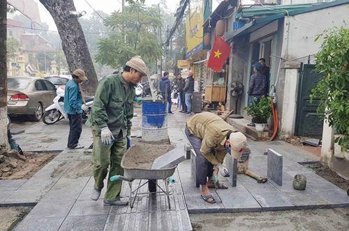 Quận Hoàn Kiếm lát đá vỉa hè bền 70 năm phục vụ người dân đón Tết - Ảnh 1