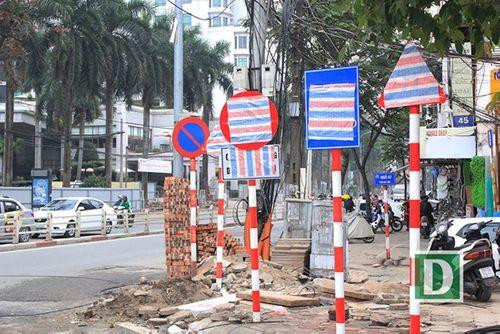 Hàng loạt biển báo trên phố Hà Nội bị bịt kín - Ảnh 1