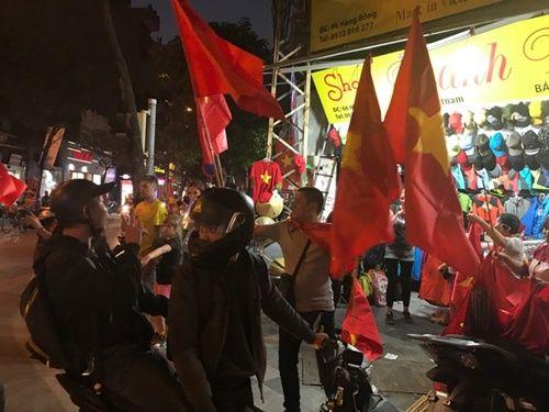 Việt Nam vào chung kết, người hâm mộ đổ ra đường ăn mừng trong hạnh phúc vỡ òa - Ảnh 1